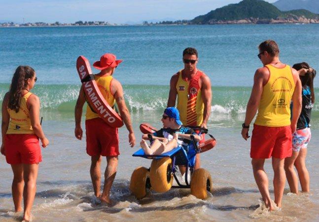 Guarda-vidas de SC usam cadeiras de rodas flutuantes para realizar o sonho de pessoas com deficiência