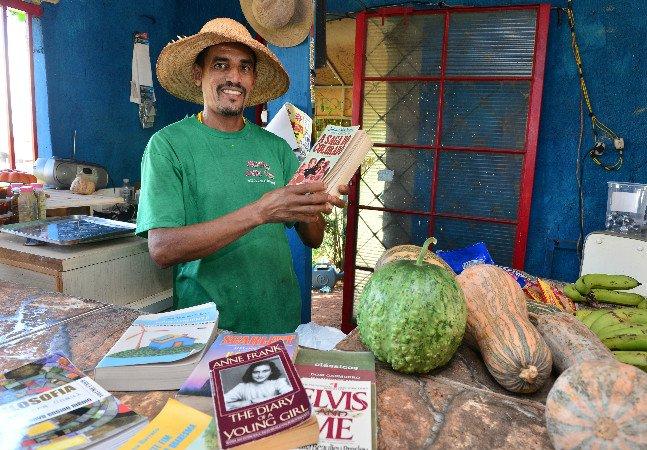 Esse agricultor de Americana montou uma biblioteca comunitária na sua horta pra incentivar a leitura na região