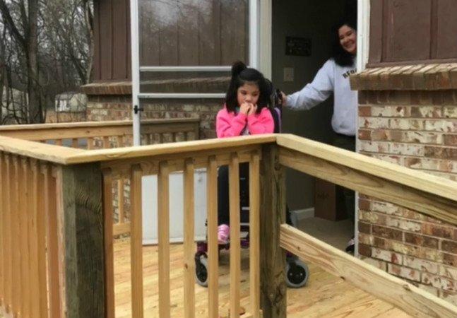 Motorista de ônibus escolar constrói rampa para menina cadeirante de 10 anos sair de casa facilmente