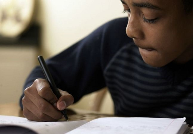 Professora estimula autoestima dos alunos com caderno de elogios