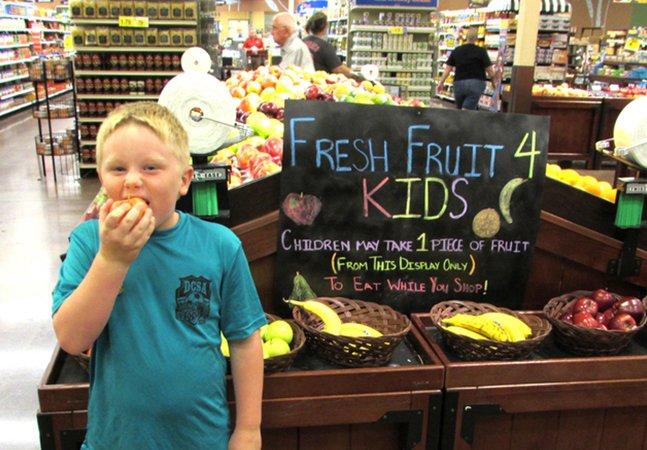 Supermercado dá frutas de graça para crianças para estimular o consumo de vegetais