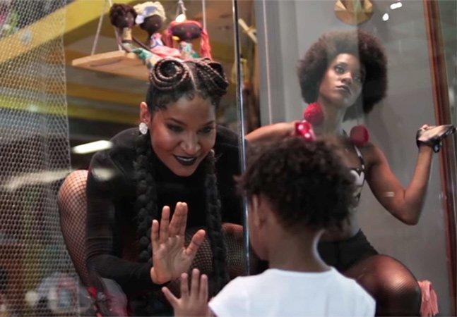 Bonecas Pretas: clipe de Larissa Luz clama por representatividade para crianças negras