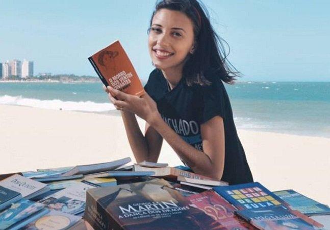 Ela montou uma biblioteca pública nesta praia do Espírito Santo