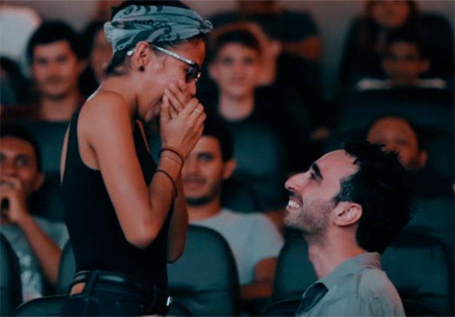 Ele criou um trailer com um pedido de casamento e surpreendeu a namorada e os presentes no cinema