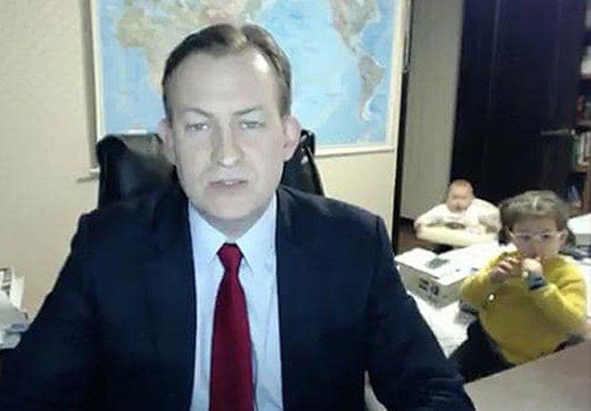 Ele tentou dar uma séria entrevista ao vivo mas esqueceu que tinha crianças em casa