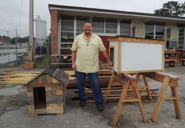 Professor ensina alunos a fazer casas de cachorro para ajudar abrigos
