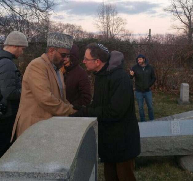 Muçulmano e judeu juntos em cemitério vandalizado