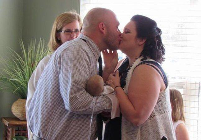 Casal faz casamento em hospital para incluir bebê em estado terminal na cerimônia