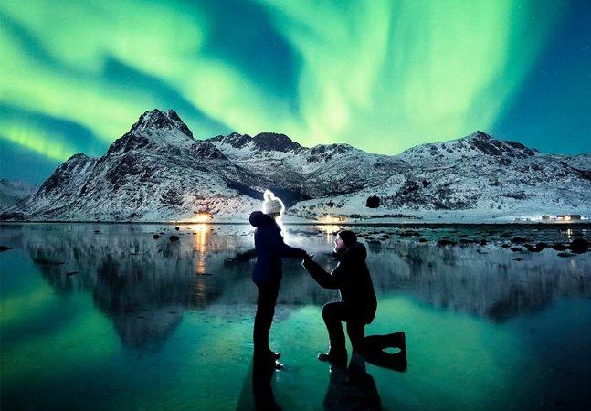 Após falhar a primeira tentativa, ele surpreendeu a namorada com pedido de casamento sob as luzes da Aurora Boreal