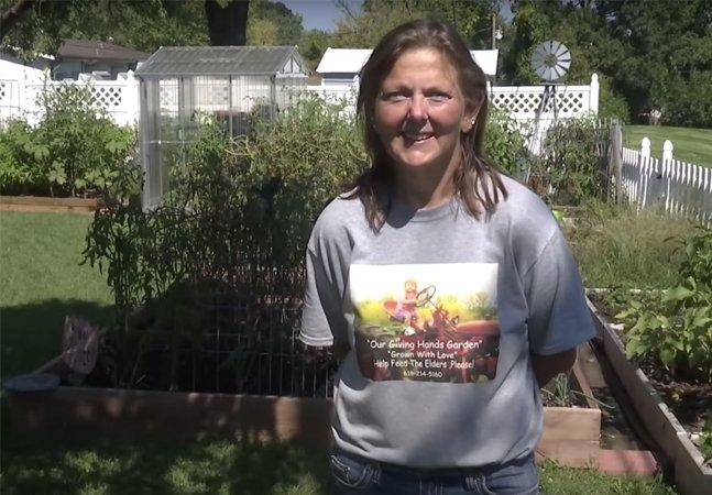 Ela passou fome na infância e agora cultiva vegetais em seu jardim para alimentar idosos