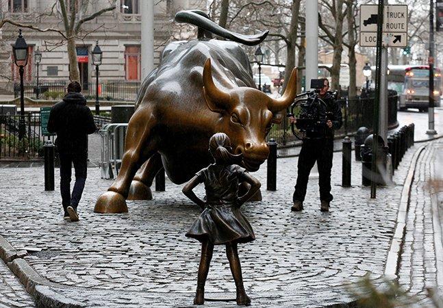 Touro de Wall Street é encarado por 'menina destemida' em campanha pelo Dia Internacional da Mulher