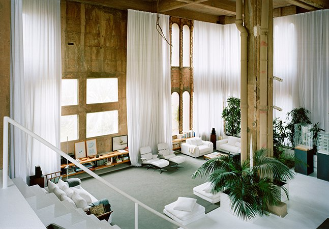 Arquiteto transforma antiga fábrica de cimento em sua gigantesca e apaixonante casa