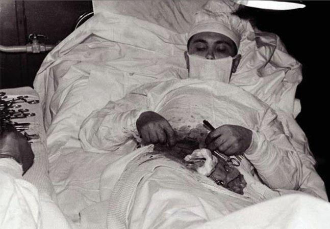A incrível história do médico que salvou a própria vida realizando uma cirurgia em si mesmo