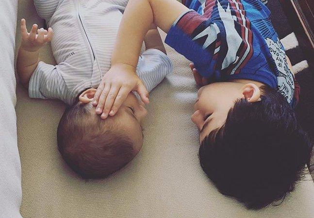 Mãe registra o tocante momento em que o filho consola seu irmãozinho com câncer