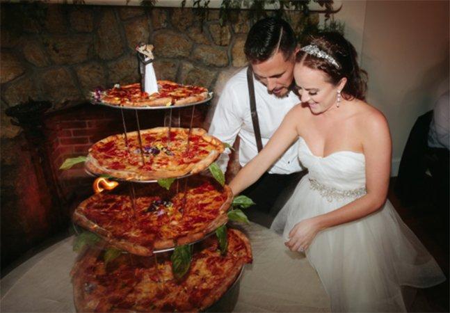 Noivos apaixonados trocam por pizza o tradicional bolo de casamento