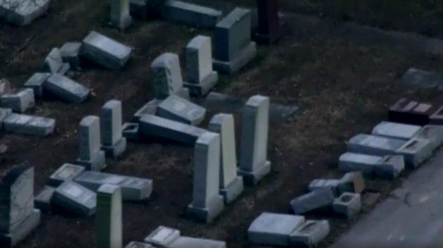 Imagem aérea mostra lápides vandalizadas