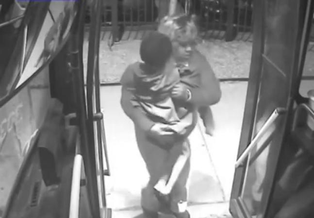 Motorista de ônibus ajuda menino de cinco anos perdido no meio da noite