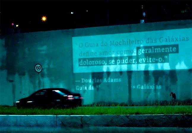 Amazon usa criatividade ao cobrir o 'cinza de Dória' no primeiro comercial para o Kindle no Brasil