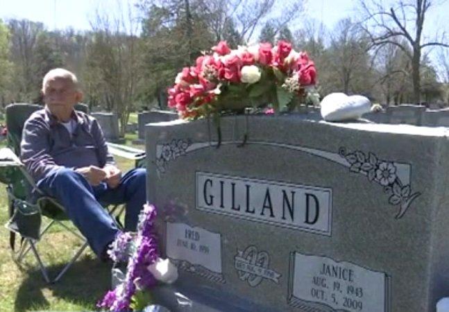 Há sete anos ele visita o túmulo da esposa todos os dias mostrando que o amor transcende a morte