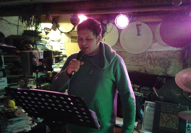 Homem com autismo que mal conseguia se comunicar pela fala decide cantar e o resultado é impressionante