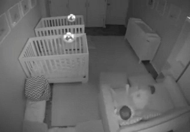 Pais usam câmera escondida pra ver o que acontece quando deixam seus filhos gêmeos no quarto