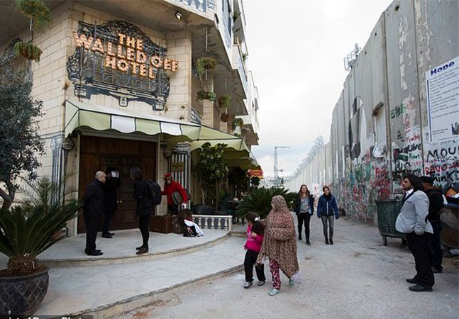 Hotel com diversas obras de Banksy e com a 'pior vista do mundo' é inaugurado na Cisjordânia