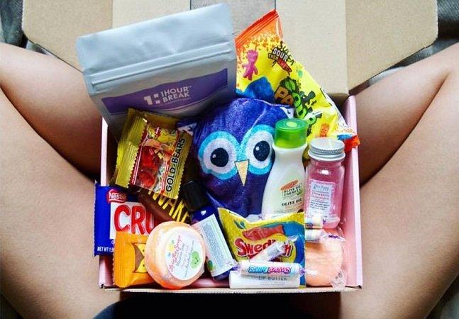 Clube de assinatura para TPM envia chocolates, absorventes, produtos de higiene e meias confortáveis pra casa