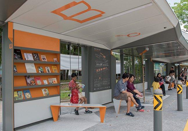 Este ponto de ônibus com biblioteca, balanço e Wi-Fi é simplesmente genial