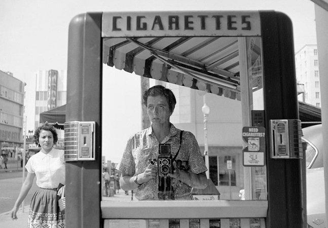 Muito antes da câmera frontal, Vivian Maier usou a criatividade para criar esta incrível série de 'selfies'