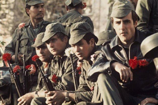 EDIT_Militares com cravos nas espingardas no dia 25 de Abril de 1974