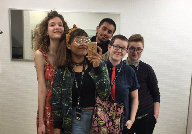 As imagens desses estudantes em um banheiro de gênero neutro viralizaram pelo melhor motivo