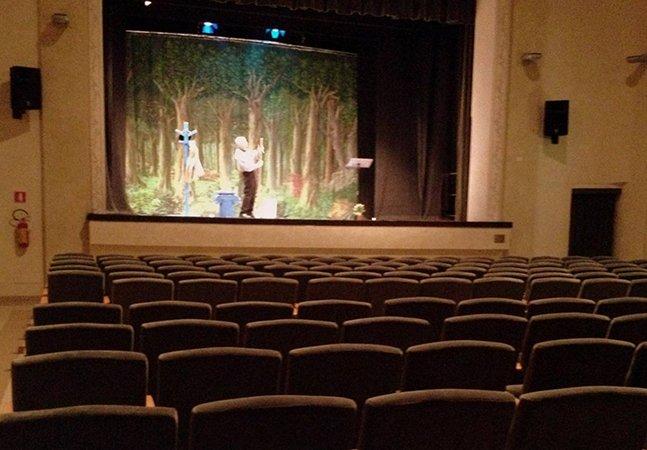 Ninguém comprou ingresso pro monólogo desse ator, mas ele resistiu e interpretou pra uma sala vazia