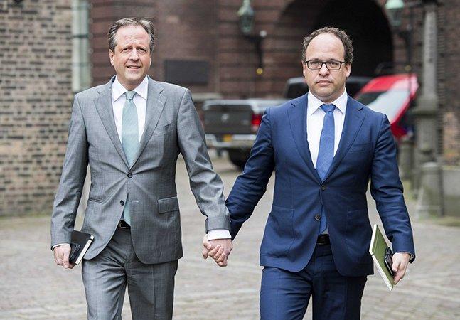 Os homens na Holanda, incluindo policiais e políticos hetero, estão andando de mãos dadas na rua pela melhor razão