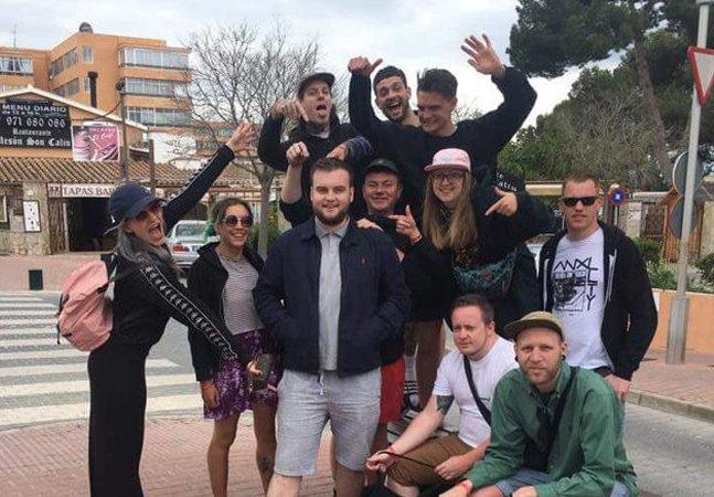 Um completo estranho ganhou uma viagem com 9 pessoas depois que uma com o MESMO NOME desistiu