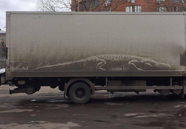 O que este 'vândalo' está fazendo com carros sujos em Moscou é inacreditável