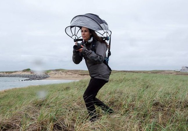 Guarda-chuva vestível protege sua máquina e deixa as mãos livres pra fotografar