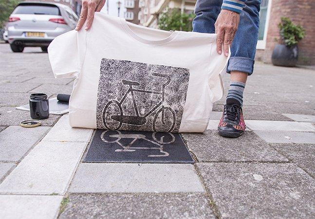 Coletivo de arte usa elementos do espaço urbano para criar incríveis estampas de guerrilha em sacos e camisas