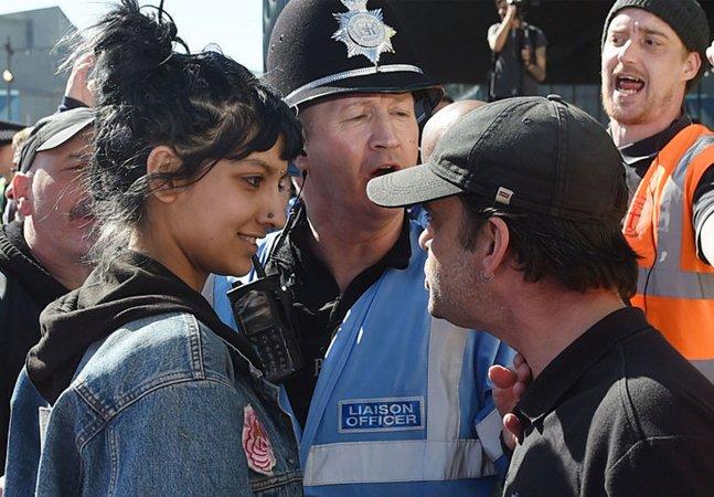 Mulher muçulmana enfrenta com um sorriso manifestação xenófoba e viraliza na internet