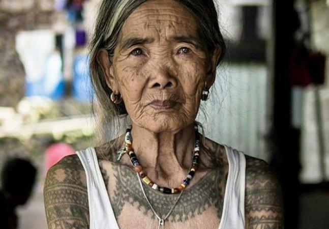 A mulher de 100 anos que virou lenda por dedicar toda a vida à tatuagem tradicional de sua tribo