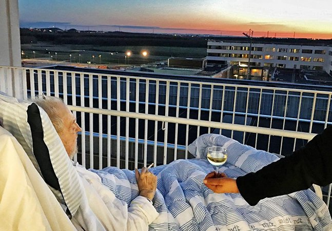 Adeus protocolo: paciente terminal cumpre último desejo de fumar um cigarro com uma taça de vinho ao pôr do sol