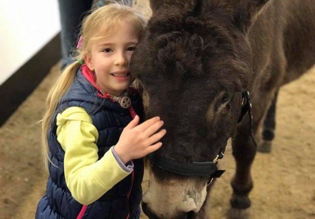 As primeiras 4 palavras dessa menina que não falava até conhecer seu animal de terapia são pra lá de emocionantes