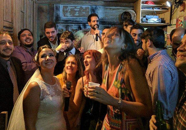Noivos fazem a festa percorrendo bares do RJ com amigos após a cerimônia