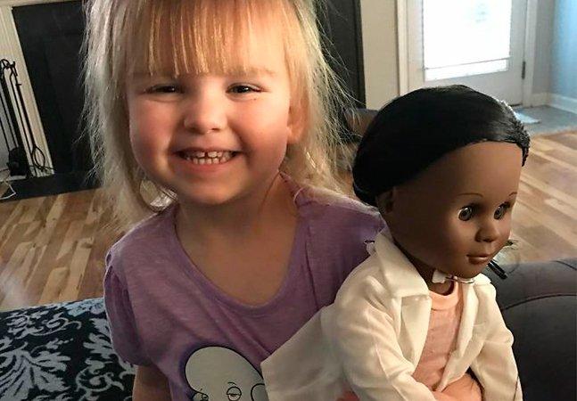 Garotinha de 2 anos dá lição a funcionária do mercado que a questionou sobre a cor da boneca que escolheu