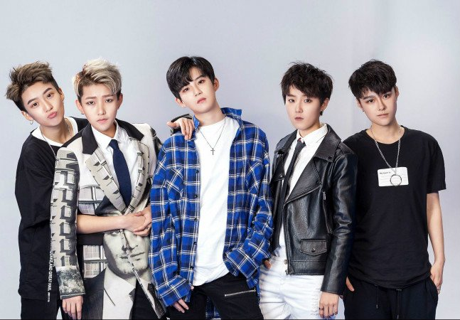 A nova sensação na China é uma boy band formada na verdade por cinco garotas andróginas