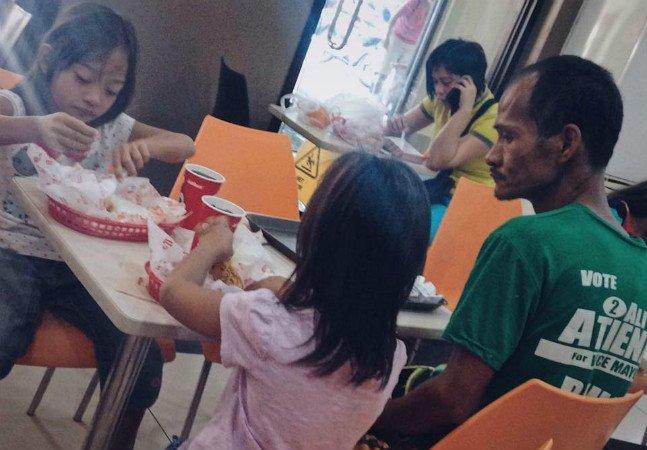 Pai leva as filhas a comer fora mesmo não tendo dinheiro para os três; imagem viraliza e gera corrente de amor