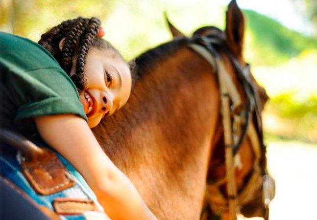 Conheça a equoterapia e seus benefícios para crianças com condições especiais