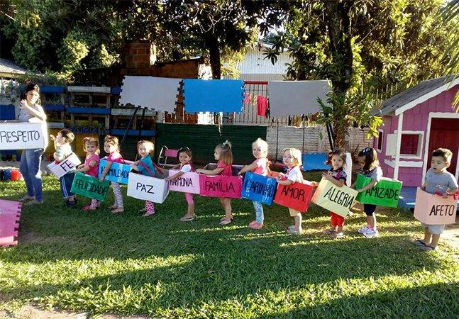 Crianças no RS se unem em trem de palavras positivas e vídeo faz sucesso na internet