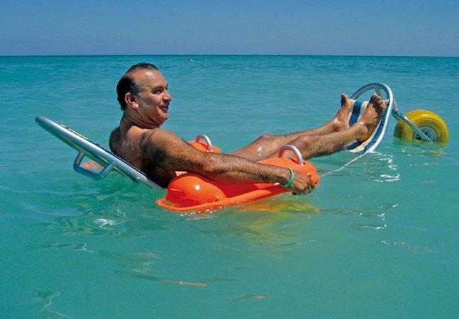 Essas maravilhosas cadeiras de rodas flutuantes estão tornando as praias – e o mar – bem mais acessíveis