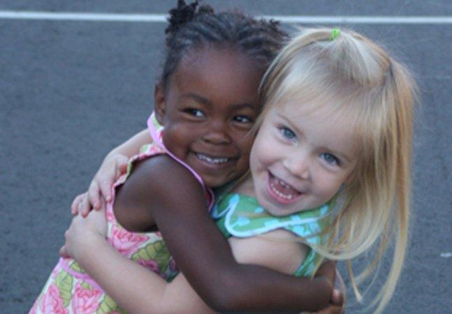 Pai explica por que o mundo deveria ser como esta foto de sua filha com a melhor amiga