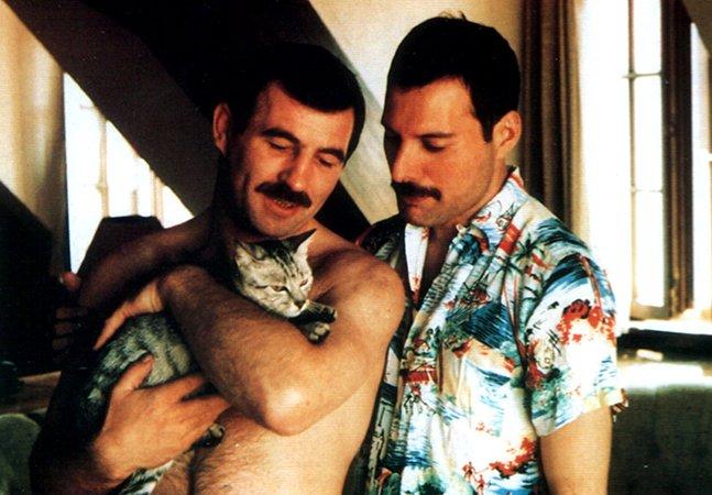 Fotos raras documentam o amor de Freddie Mercury e seu namorado nos últimos anos de vida do artista